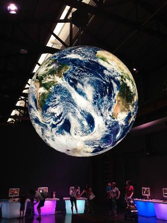 Newcastle, Australië: Planet Earth hangs over science area