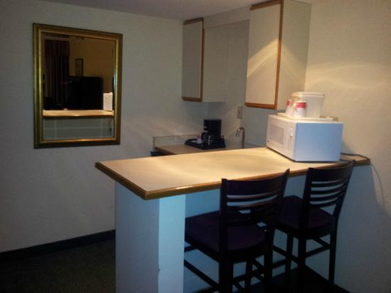 Ramada Englewood Hotel & Suites: Breakfast bar in room