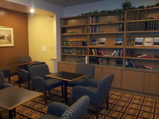 Ramada Englewood Hotel and Suites: Library