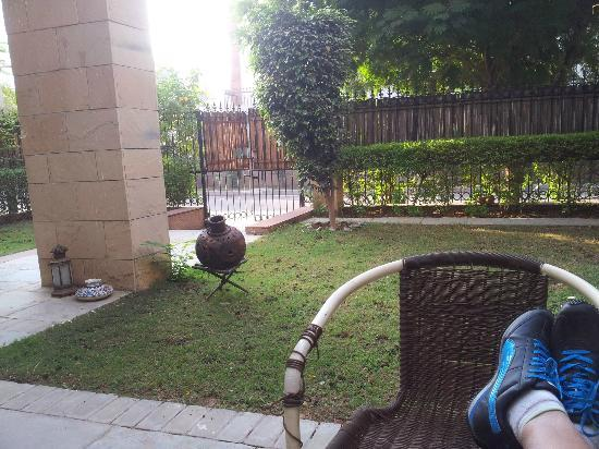 ซินนามอนสเตย์: Relaxing at the garden patio over breakfast after my morning run
