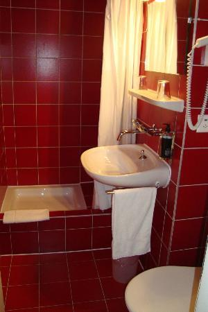Hôtel Bon-Port : Bathroom 1