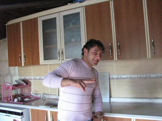 Nirvana Cave: Kamil i køkkenet, hvor morgenmaden tilberedes