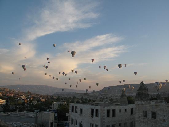 Nirvana Cave: Udsigten fra hotellets have - hver morgen - når ballonerne pryder himlen.