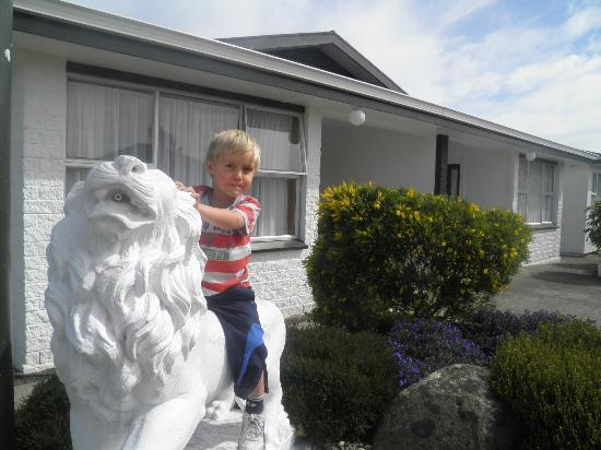 Queens Park Motels : Riding the lions that guard the motel entranceway