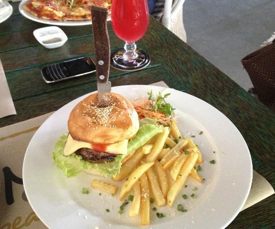 Meads Beach Bar & Grill: burger lanced by steak knife