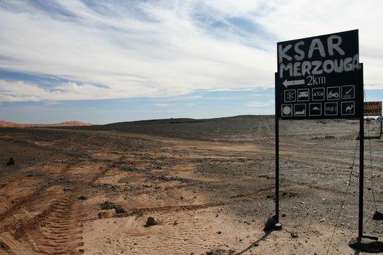 Hotel Ksar Merzouga: Il cartello da non mancare per raggiungere il ksar