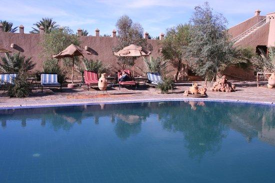 Hotel Ksar Merzouga: La piscina e l'area relax esterna
