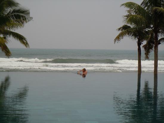Fusion Maia Da Nang: 視覺上與海相連的游泳池
