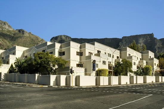 BEST WESTERN Cape Suites Hotel: Nestled at the foot of Table Mountain