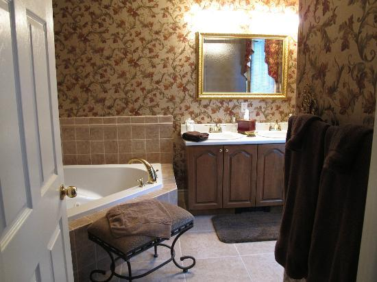 Silver Service Inn Bed & Breakfast: Big Bathroom