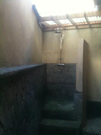 Baruna Cottages: la douche exterieur