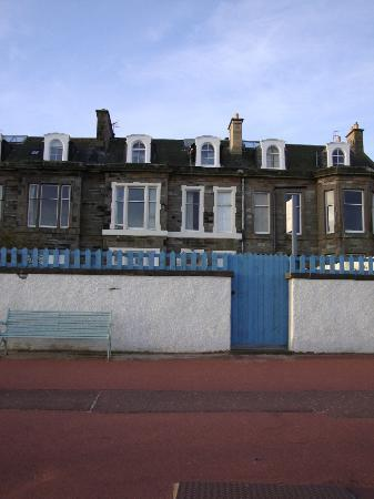 Portobello Guest House: The guest house from the sea front