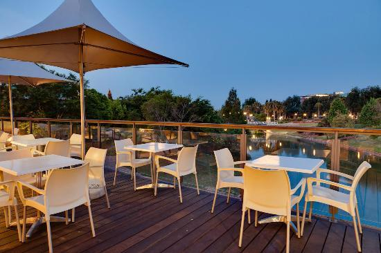 Protea Hotel Roodepoort by Marriott: Outside Deck at Night