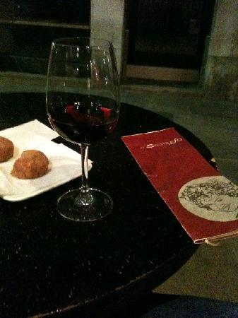 El Sbarlefo: Glass of Wine and some fine chichetti