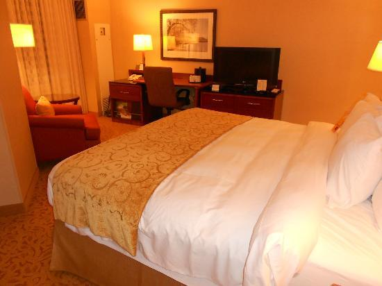 Falls Church Marriott Fairview Park: Room