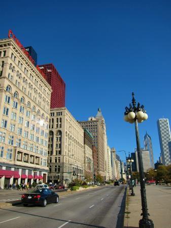 Travelodge Hotel Downtown Chicago: ホテルからひとつ東に出たミシガンAve