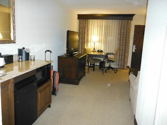 Embassy Suites by Hilton Philadelphia Airport: living area