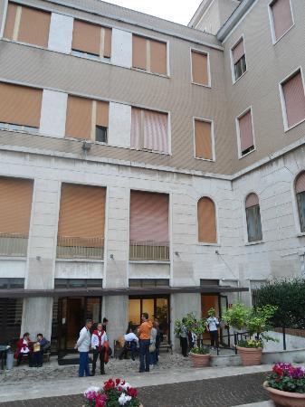 Casa per Ferie Congregazione Suore Domenicane del Sacro Cuore di Gesu: Front yard & entrance