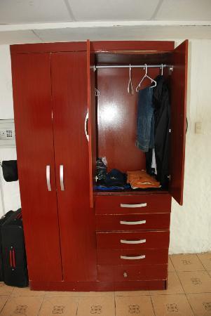 Casa Opuntia Galapagos: Kleiderschrank (etwas verzogen, aber sonst gehts)