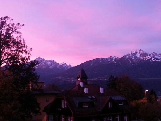 Cafe Pension Alpina: Vista dal balcone della camera orientata a sud (6:00am)