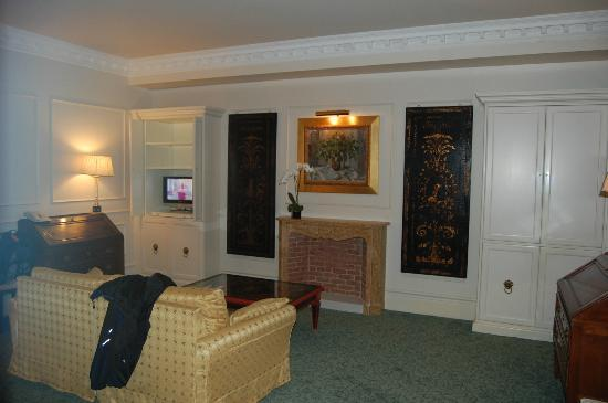 Bauer Hotel: living room with TV