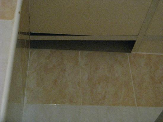 Euroclub Hotel: Agujero del techo del baño