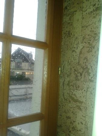 Hôtel l'Escale : abgenutzter Fensterbereich