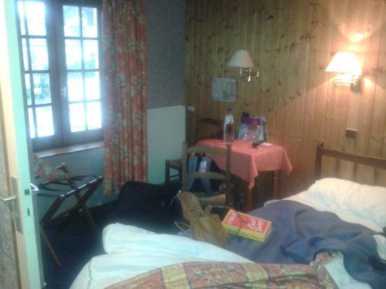 Hôtel l'Escale : Schlafbereich mit etwas muffigen Bettdecken