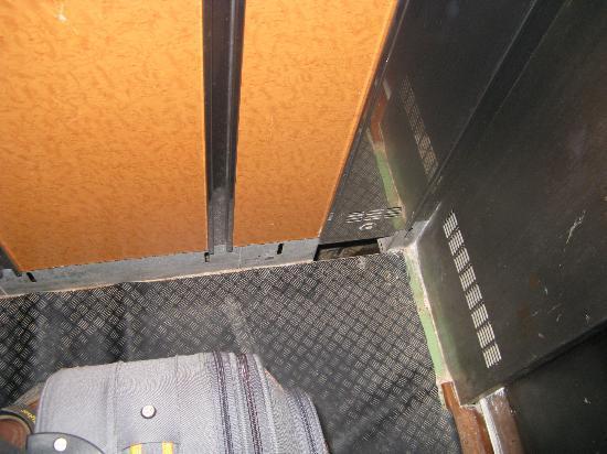 Euroclub Hotel: Suelo y agujero del ascensor que funcionaba 