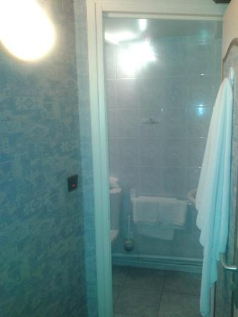 Hôtel l'Escale : kleines Badezimmer