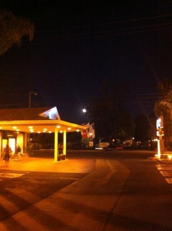 BEST WESTERN PLUS Carriage Inn: Full moon rising.
