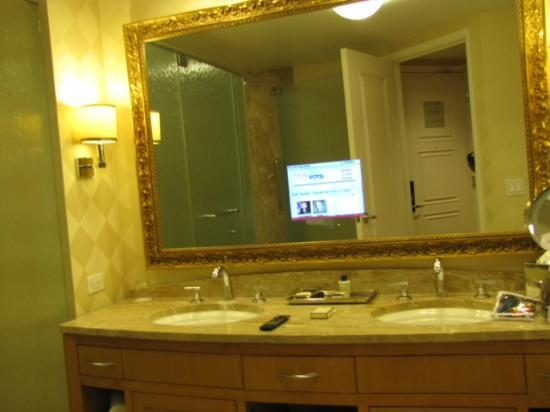 Trump International Hotel Las Vegas: Bathroom   Tv In The Mirror