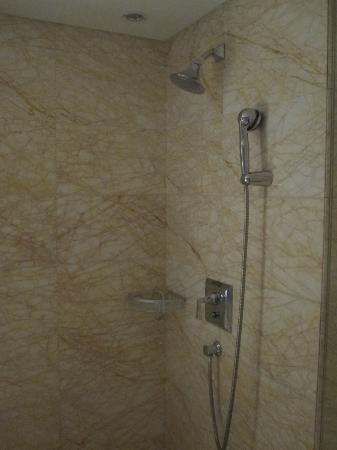 Braim International Hotel: Douche ouverte