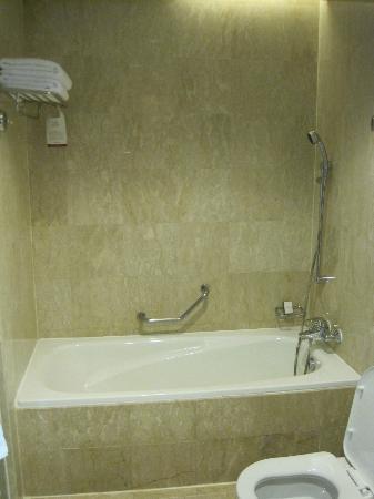 Pullman Kuala Lumpur City Centre Hotel And Residences: Bathtub