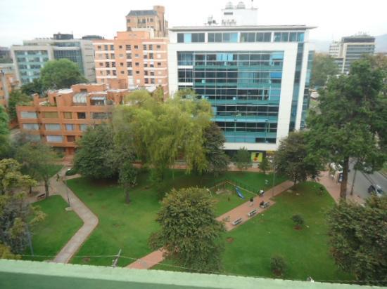 Hotel Parque 97 Suites: Praça em frente ao Hotel e existe outra na lateral. Nesta praça está uma lanchonete El Corral