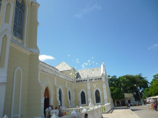 Basílica Virgen del Valle: Palomitas volando sobre la iglesia