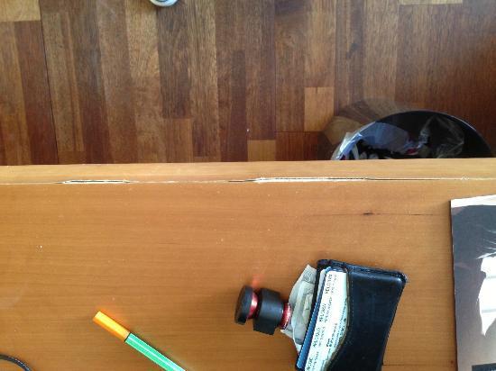 Comfort Hotel Vesterbro: Broken desk