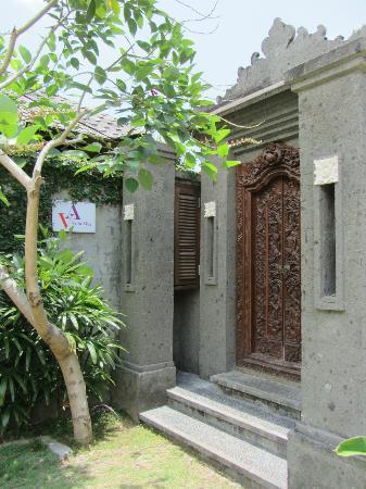 Bali Baik Villa & Residence: Villa Alex front door