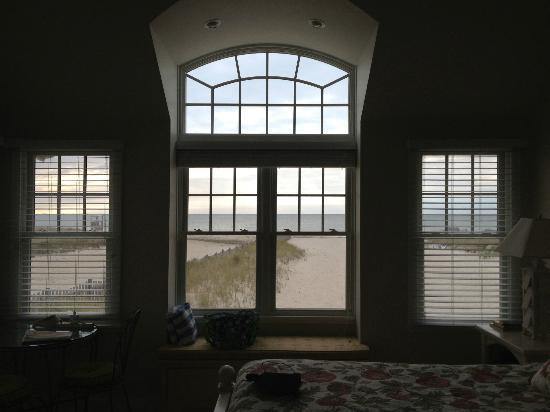 Inn On The Beach: Lots of windows