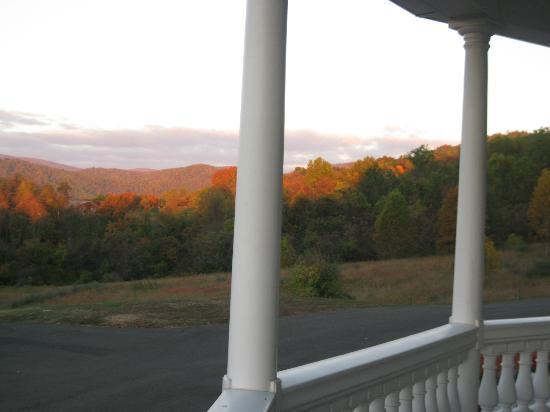 Skyline Vineyard Inn: Fall sunrise