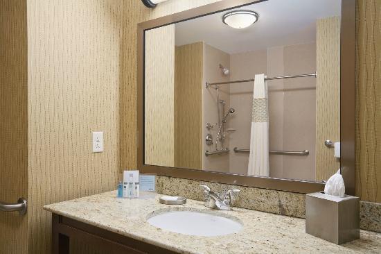 Hampton Inn & Suites Williston: Bathroom