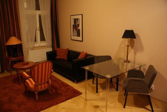 Hunger Wall Residence: Wohnbereich mit Couch, Fernseher und kleiner Tischgruppe