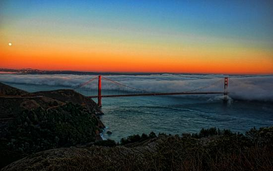 Marin County, Californien: Fog over the golden gate at dusk