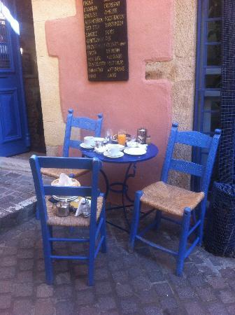 Hotel Nostos: enjoying breakfast at Zambeliou street