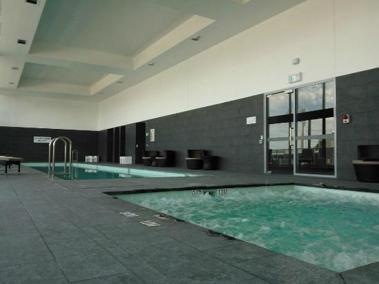 Fraser Suites Perth: Pool and spa.