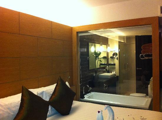 Novotel Phuket Kata Avista Resort and Spa : chambre avec vue sur salle de bains