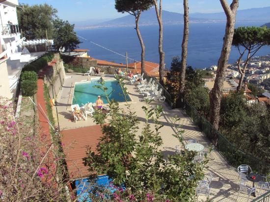 Hotel Villa Fiorita: view from top of stairs to pool area
