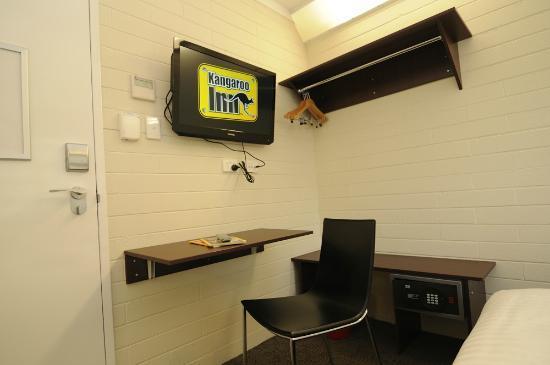 Kangaroo Inn: Queen Room - 32in LED TV, folding desk, in-room safe and wardrobe