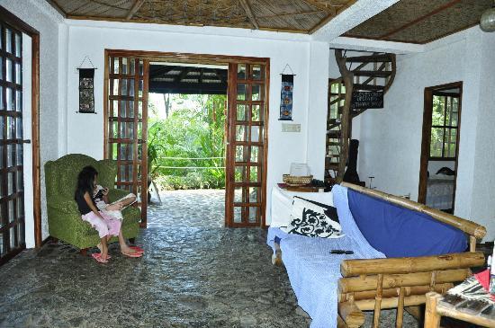 Casa Roca Inn: living room view