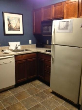 Residence Inn Boston Woburn: Convenient kitchen area